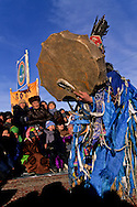 Mongolia. Shaman worshipping to queen lake ( huvsgul lake ) and king saridag (great horidol saridag moutain) during the Ice festival on the frozen Khuvsgul lake  Khuvsgul province     /  Ceremonie chamanique./  Festival des glaces sur le lac gelé de Khovsgol  Khovgul   Mongolie /       L0055881  /  MONG207  /  P125501