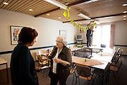 Ruth Peetoom praat nog even na met een CDA lid in Zeewolde. Ze bezoekt de provincie Flevoland en Heerenveen tijdens haar campagne als kandidaat-voorzitter van het CDA. Peetoom wil weten wat de CDA leden willen en haar verhaal vertellen, zodat de leden weten op wie ze kunnen stemmen