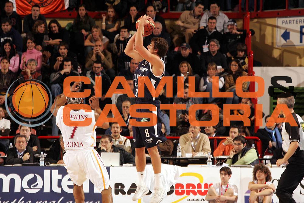 DESCRIZIONE : Forli Lega A1 2005-06 Copps Italia Final Eight Tim Cup Climamio Fortitudo Bologna Lottomatica Virtus Roma<br />GIOCATORE : Belinelli<br />SQUADRA : Climamio Fortitudo Bologna<br />EVENTO : Campionato Lega A1 2005-2006 Coppa Italia Final Eight Tim Cup Quarti Finale<br />GARA : Climamio Fortitudo Bologna Lottomatica Virtus Roma<br />DATA : 16/02/2006<br />CATEGORIA : Tiro<br />SPORT : Pallacanestro<br />AUTORE : Agenzia Ciamillo-Castoria/Paolo Lazzeroni