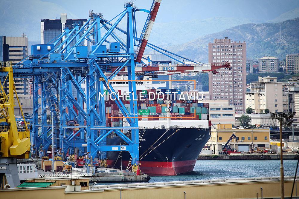Nave Cargo nel terminal container del Porto di Genova 16/05/2015,