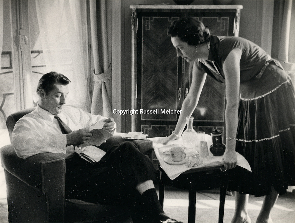 Robert Mitchum and wife Dorothy serving tea in their rented flat just off the Champs Elysees in Paris during the filming of &quot;Foreign Intrigue&quot;.<br /> <br /> <br /> Robert Mitchum et sa femme Dorothy servant le th&eacute; dans leur appartement lou&eacute; juste &agrave; c&ocirc;t&eacute; des Champs-Elys&eacute;es &agrave; Paris pendant le tournage de &quot; Foreign Intrigue &quot; .