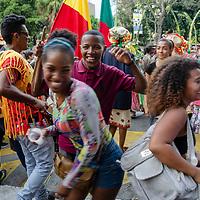 Una orquesta da la bienvenida a Los Palmeros de Chacao. Los Palmeros de Chacao son herederos de una tradici&oacute;n que se remonta al a&ntilde;o 1770, cuando el p&aacute;rroco Jos&eacute; Antonio Mohedano, ante la recurrencia de la plaga de fiebre amarilla que asolaba el valle de Caracas, quiso pedir clemencia a Dios con una promesa y envi&oacute; a los peones de las haciendas cercanas a la monta&ntilde;a (hoy Parque Nacional El &Aacute;vila), a buscar la palma real para bajar sus hojas, evocando el pasaje b&iacute;blico de la entrada de Jes&uacute;s a Jerusal&eacute;n).<br /> <br /> An orchestra welcomes Los Palmeros de Chacao. The Palmeros de Chacao are inheritors of a tradition dating back to about 1770, when the parish priest Jos&eacute; Antonio Mohedano, faced with the recurrence of the plague of yellow fever that was ravaging the Caracas valley, wanted to request clemency from God with a promise and sent to the peons of the haciendas near the mountain (today El Avila National Park), to look for the royal palm to lower its leaves, evoking the biblical passage of the entrance of Jesus to Jerusalem).