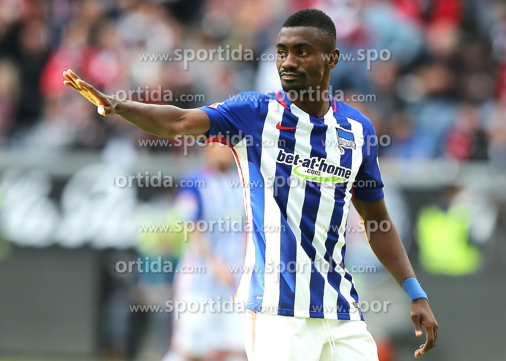27.09.2015, Commerzbank Arena, Frankfurt, GER, 1. FBL, Eintracht Frankfurt vs Hertha BSC, 7. Runde, im Bild v.l. Salomon Kalou (Hertha BSC Berlin) gibt Anweisungen, gestikuliert, mit den Armen gestikulieren // during the German Bundesliga 7th round match between Eintracht Frankfurt vs Hertha BSC at the Commerzbank Arena in Frankfurt, Germany on 2015/09/27. EXPA Pictures &copy; 2015, PhotoCredit: EXPA/ Eibner-Pressefoto/ Voelker<br /> <br /> *****ATTENTION - OUT of GER*****