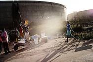 Zimbabwe, I Tafara henter mænd, kvinder og børn ved nogle af de få vandpumper i området, der er store køer, efterspørgslen efter rent vand er stadigt stigende og vandforsyningen ikke fungerende.