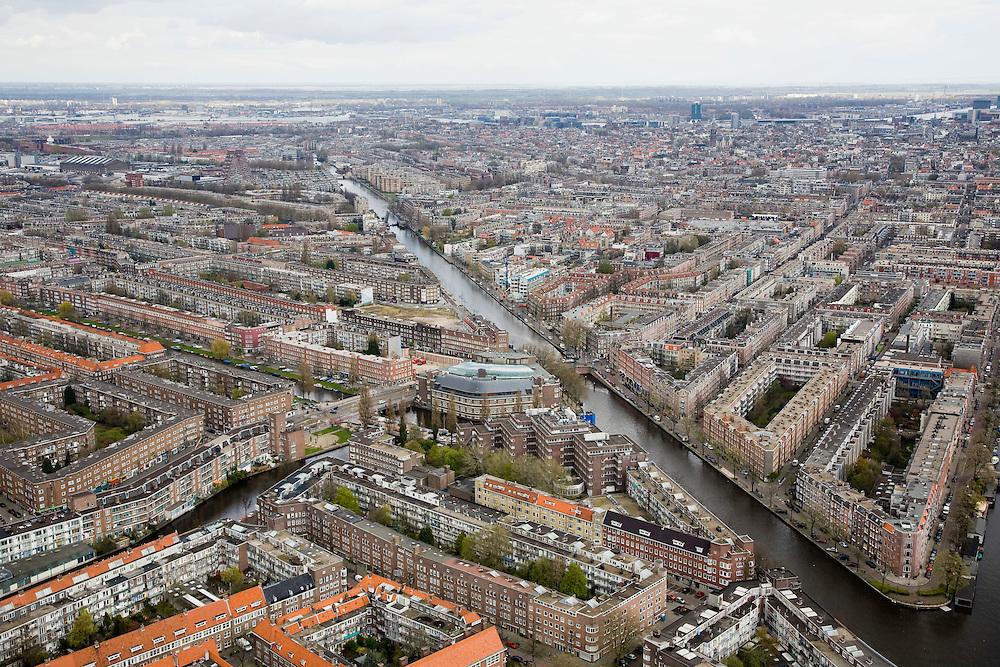 Nederland, Amsterdam, Oud-West, 16-04-2008; Tweede Kostverlorenkade (2e Kostverlorenkade) met rechtsonder begin van Jacob van Lennepkade; de twee bruggen zijn respectievelijk die van de Kinkerstraat/Postjesweg (onder in beeld) en de Wiegbrug in de De Clercqstraat (geopend, in het midden); links van het water het stadsdeel de Baarsjes (in de verte overgaand in Bos en Lommer), rechts stadsdeel Oud-West; plan West Berlage, bouwblokken, binnentuinen, stratenpatroon..luchtfoto (toeslag); aerial photo (additional fee required); .foto Siebe Swart / photo Siebe Swart