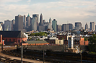 New York , Manhattan skyline and high level train view from Brooklyn  New York, Manhattan - United states / panorama des gratte-ciel de  Manhattan et le metro vue depuis Brooklyn  Manhattan, New York - Etats unis