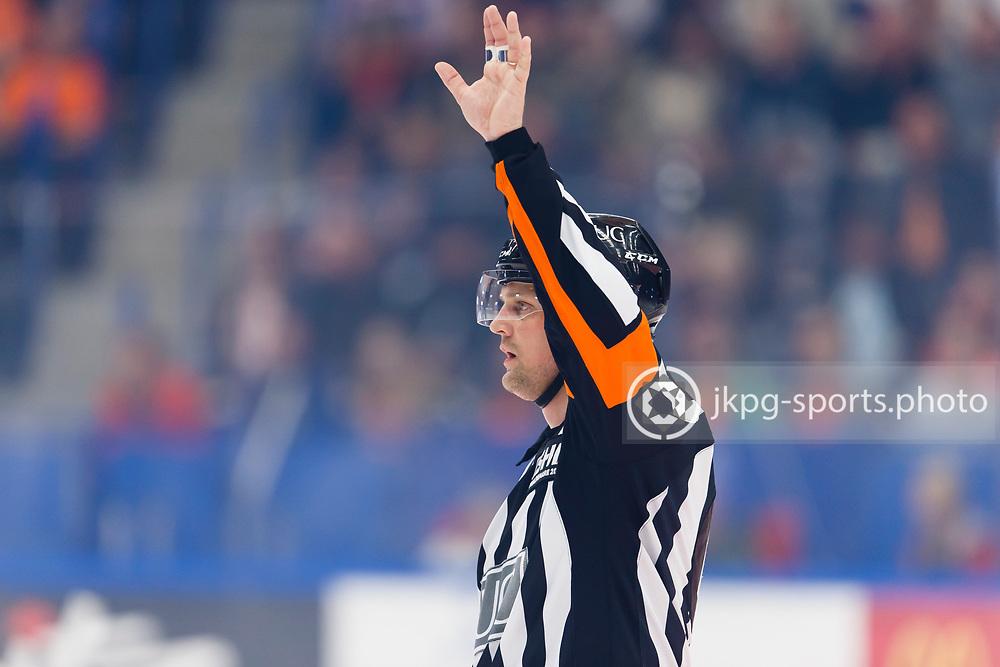 150423 Ishockey, SM-Final, V&auml;xj&ouml; - Skellefte&aring;<br /> Domare Mikael Nord, single action.<br /> &copy; Daniel Malmberg/Jkpg sports photo