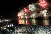 RIO DE JANEIRO, RJ, 31.12.2013 - Show com queima de fogos no Réveillon do Rio de Janeiro na orla da Praia de Copacabana que onde mais de 2,3 milhões de pessoas assistem com a temática relacionada ao filme Rio 2 cuja estreia ocorrerá no primeiro trimestre de 2014. (Foto. Néstor J. Beremblum / Brazil Photo Press)