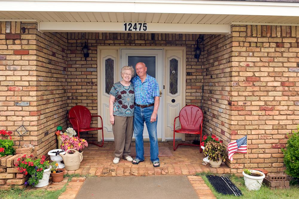 Demokraten Ehepaar Dean und Nelda Slaughter vor ihrem Haus, welches groesstenteils unterirdischen ist...Republikaner-Hochburg Perryton, Texas. ..© Stefan Falke