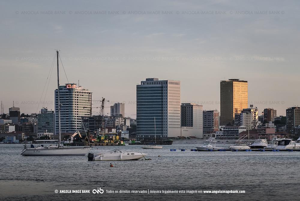 A baía de Luanda e vista para a Marginal, Avenida 4 de Fevereiro. Angola