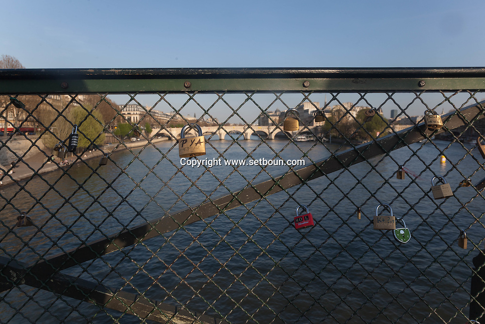 France. Paris.1st district. the pont des arts on the Seine river /, la passerelle des arts sur la Seine