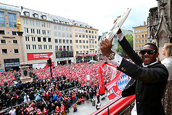 24.05.2015, Marienplatz, Muenchen, GER, 1. FBL, FC Bayern Muenchen, Meisterfeier, im Bild David Alaba of Bayern Muenchen holds the German Championship winners trophy // during the German Bundesliga championship party of FC Bayern Munich at the Marienplatz in Muenchen, Germany on 2015/05/24. EXPA Pictures © 2015, PhotoCredit: EXPA/ Eibner-Pressefoto/ FCB/POOL<br /> <br /> *****ATTENTION - OUT of GER*****