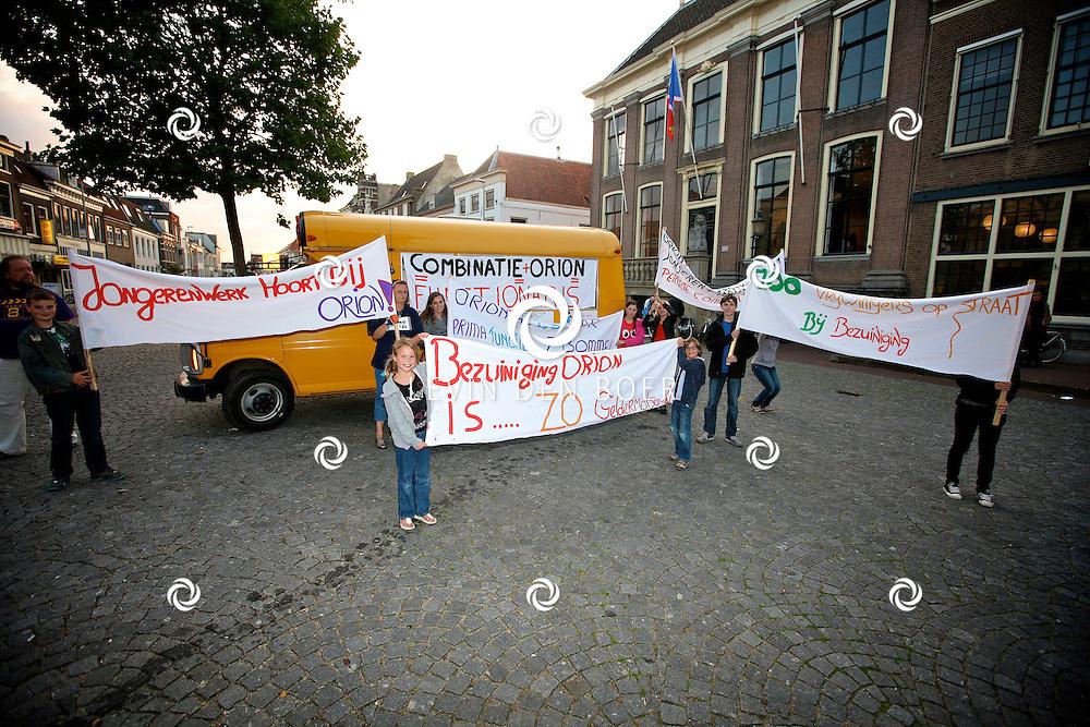 ZALTBOMMEL - Op de markt hebben kinderen zich verzameld om de protesteren tegen de bezuinigingen van de gemeente. Orion moet fors bezuinigen en ze zijn bang dat ze helemaal niets meer kunnen doen voor kinderen in de toekomst. FOTO LEVIN DEN BOER - PERSFOTO.NU  PROTESTEERT