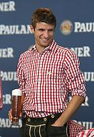 Fussball 1. Bundesliga 2014/2015 Fotoshooting FC Bayern Muenchen in Lederhosen fuer Paulaner      31.08.2014 Thomas Mueller mit Weissbier