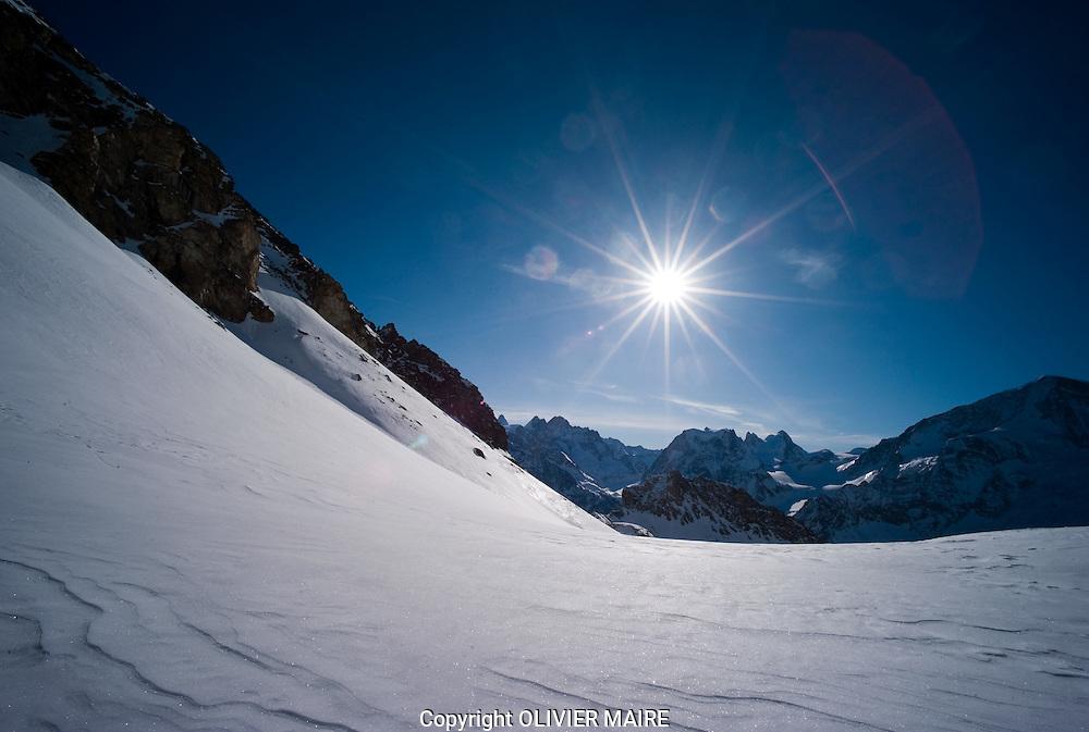 VALAIS - TOURISTE.SKI RANDONNEE PEAU DE PHOQUE .HORS PISTE.NEIGE.GLACE HIVER GLACIER .AROLLAZ. (PHOTO-GENIC.CH/ OLIVIER MAIRE)