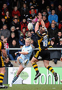 Wycombe, GREAT BRITAIN, Wasps, Joe WARD, attempts to charge down, Ed BARNES, clearence kick, during the Guinness Premiership match, London Wasps vs Bristol Rugby, played at the Adams Park Stadium, on Sat. 23rd Feb 2008.  [Mandatory Credit, Peter Spurrier/Intersport-images]