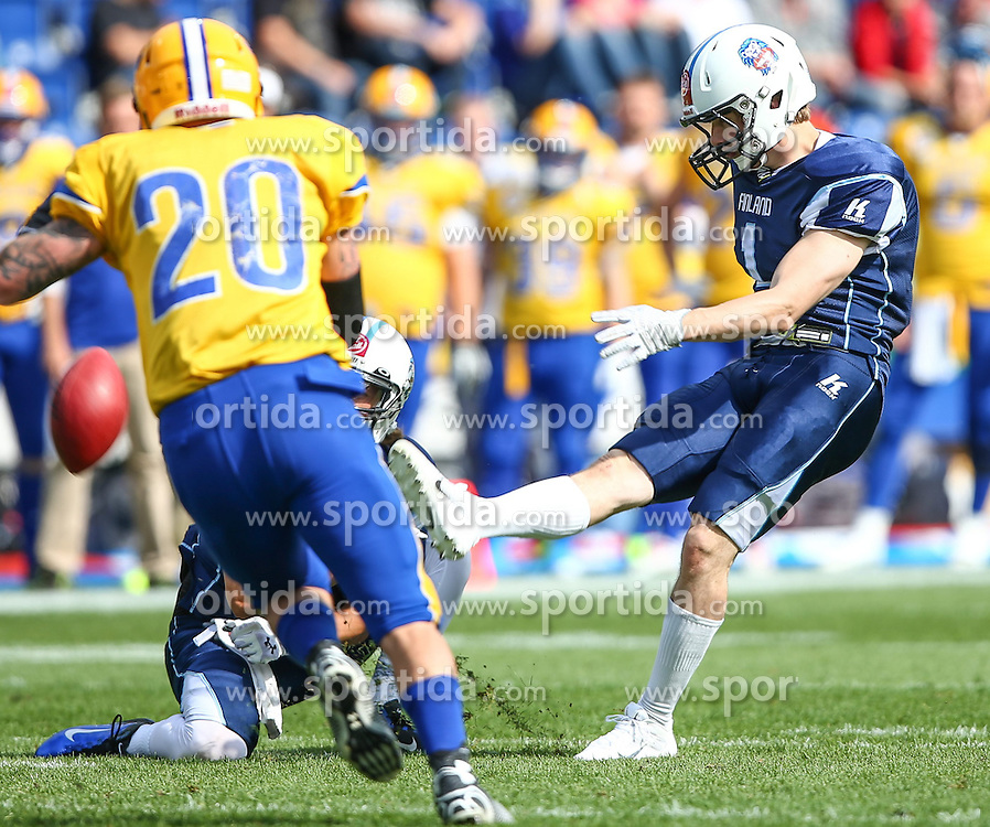 01.06.2014, NV Arena, St. Poelten, AUT, American Football Europameisterschaft 2014, Gruppe A, Finnland (FIN) vs Schweden (SWE), im Bild Fieldgoal mit Janne Lehtinen, (Team Finland, QB, #8) und  Akseli Olin, (Team Finland, K, #1) // during the American Football European Championship 2014 group A game between Finland and Sweden at the NV Arena, St. Poelten, Austria on 2014/06/01. EXPA Pictures © 2014, PhotoCredit: EXPA/ Thomas Haumer