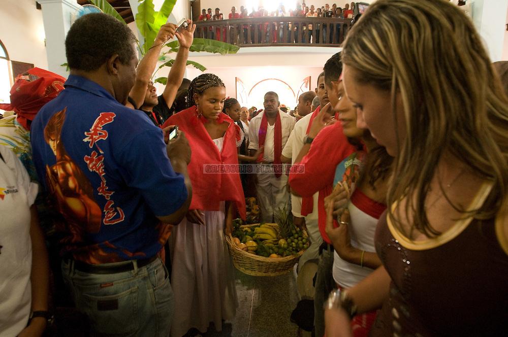 Tambores de San Juan, en la población de Curiepe, es una de  las fiestas religiosas mas importantes de toda la región de Barlovento.  La celebración comienza con los repiques de campanas, dando aviso a la población de que han sido abiertas las puertas de la Iglesia, invitando a los fieles a la adoración de San Juan.  Curiepe fue fundada en 1723 por una milicia de negros libertos y cimarrones. Por la condición de hombres libres, sus fiestas, bailes y ritos, conservan muchos rasgos africanos.  Junio 24, 2010 (Gregorio Marrero/Orinoquiaphoto)