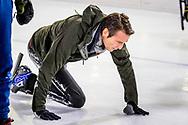 HEERENVEEN - Prins Maurits valt op het ijs van Thialf Heerenveen tijdens De Hollandse 100. Het doel van dit sportieve evenement is het ophalen van geld voor onderzoek naar lymfklierkanker. ANP ROYAL IMAGES ROBIN UTRECHT