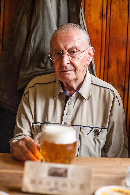 """Der """"Goldene Tiger"""" - Samstag Nachmittag in der berühmten Stammkneipe von Bohumil Hrabal in der Prager Innenstadt. Portrait von Alois Pokorny (geboren 1926) und seit 40 Jahren Stammgast im goldenen Tiger. Herr Pokorny erinnerst sich gut an den berühmten Schriftsteller Bohumil Hrabal."""