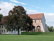Kloster Lorsch, Baum auf Klostergelände, UNESCO Weltkulturerbe, Hessen, Deutschland | Lorsch Abbey, a UNESCO World Heritage Site, Hessen, Germany