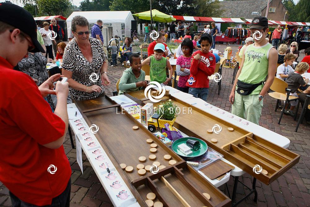ZUILICHEM - Op de braderie werd ook dit jaar weer de sjoelkampioenschappen gehouden. FOTO LEVIN DEN BOER - PERSFOTO.NU