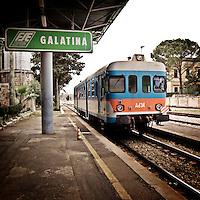 Treno in arrivo alla stazione di Galatina in provincia di Lecce. 25/03/2010 (PH Gabriele Spedicato)..Le Ferrovie del Sud Est (FSE) sono la più estesa rete ferroviaria privata della Puglia che collega le grandi città del territorio regionale ai comuni dell'area sud-est non interessati dalle principali linee di comunicazione ferroviaria delle Ferrovie dello Stato (Bari-Brindisi-Lecce, Bari-Taranto).
