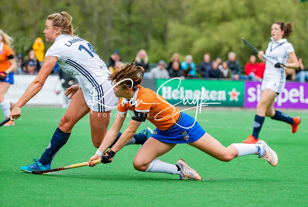 BLOEMENDAAL -   Carmel Bosch (Bldaal) met Anouk Lambers (Pin)   , Libera hoofdklasse hockey Bloemendaal-Pinoke (0-0). COPYRIGHT KOEN SUYK