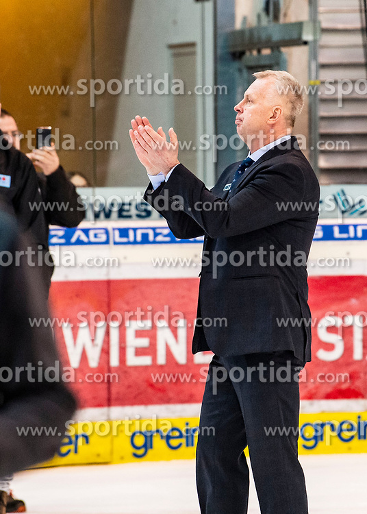 16.02.2020, Keine Sorgen Eisarena, Linz, AUT, EBEL, EHC Liwest Black Wings Linz vs EC VSV, 5. Platzierungsrunde, im Bild Head Coach Rob Daum (EC Panaceo VSV) applaudiert dem Linzer Publikum // during the Erste Bank Eishockey League 5th placement round match between EHC Liwest Black Wings Linz and EC VSV at the Keine Sorgen Eisarena in Linz, Austria on 2020/02/16. EXPA Pictures © 2020, PhotoCredit: EXPA/ Reinhard Eisenbauer