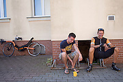In Senftenberg praat de teamleider het Human Power Team Delft en Amsterdam Wouter Lion (links) met rijder Wil Baselmans. Het team is in Duitsland voor een poging het uurrecord te verbreken.<br /> <br /> In Senftenberg the captain of the Human Power Team Delft and Amsterdam Wouter Lio (left) is talking to rider Wil Baselmans. The team is in Germany for an attempt to set a new world hour record.