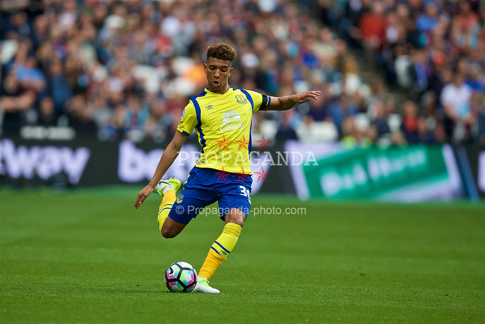 LONDON, ENGLAND - Saturday, April 22, 2017: Everton's Mason Holgate in action against West Ham United during the FA Premier League match at the London Stadium. (Pic by David Rawcliffe/Propaganda)