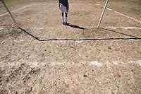 FUSSBALL    FEATURE    SUEDSEE    21.07.2008 Der Torwart steht zwischen den Pfosten und wartet auf einen Angriff auf sein Tor, waehrend der Schulmeisterschaft auf einem Spielfeld ausserhalb von Port Vila, der Hauptstadt von Vanuatu. Jedes Jahr im Juli finden hier Schulmeisterschaften statt, aehnlich der Bundesjugendspiele in Deutschland.