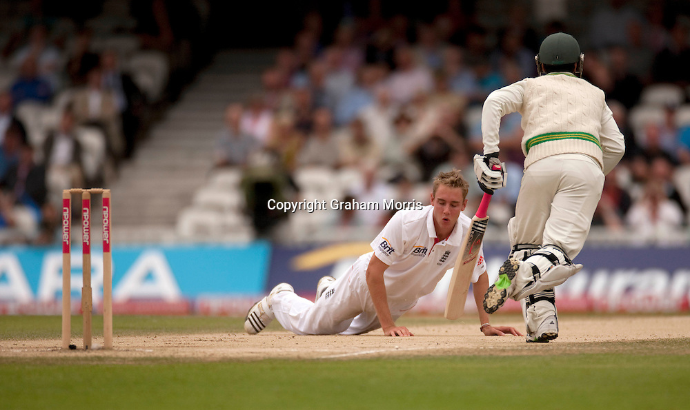 Salman Butt runs past floored bowler Stuart Broad during the third npower Test Match between England and Pakistan at the Oval.  Photo: Graham Morris (Tel: +44(0)20 8969 4192 Email: sales@cricketpix.com) 21/08/10