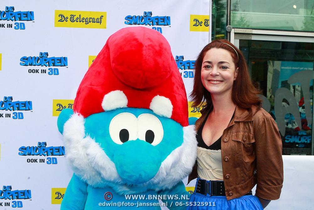 NLD/Amsterdam/20110731 - Premiere film De Smurfen, Kim Lian van der Meij met pop
