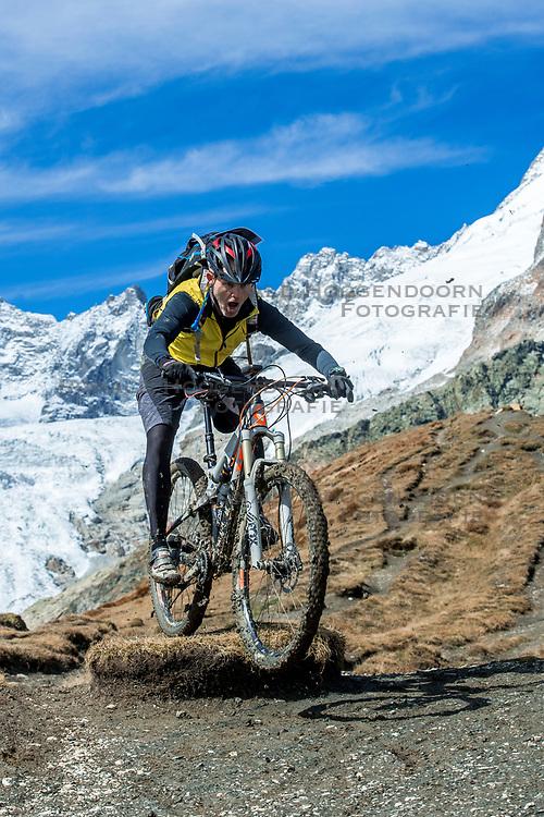 15-09-2017 ITA: BvdGF Tour du Mont Blanc day 6, Courmayeur <br /> We starten met een dalende tendens waarbij veel uitdagende paden worden verreden. Om op het dak van deze Tour te komen, de Grand Col Ferret 2537 m., staat ons een pittige klim (lopend) te wachten. Na een welverdiende afdaling bereiken we het Italiaanse bergstadje Courmayeur. John