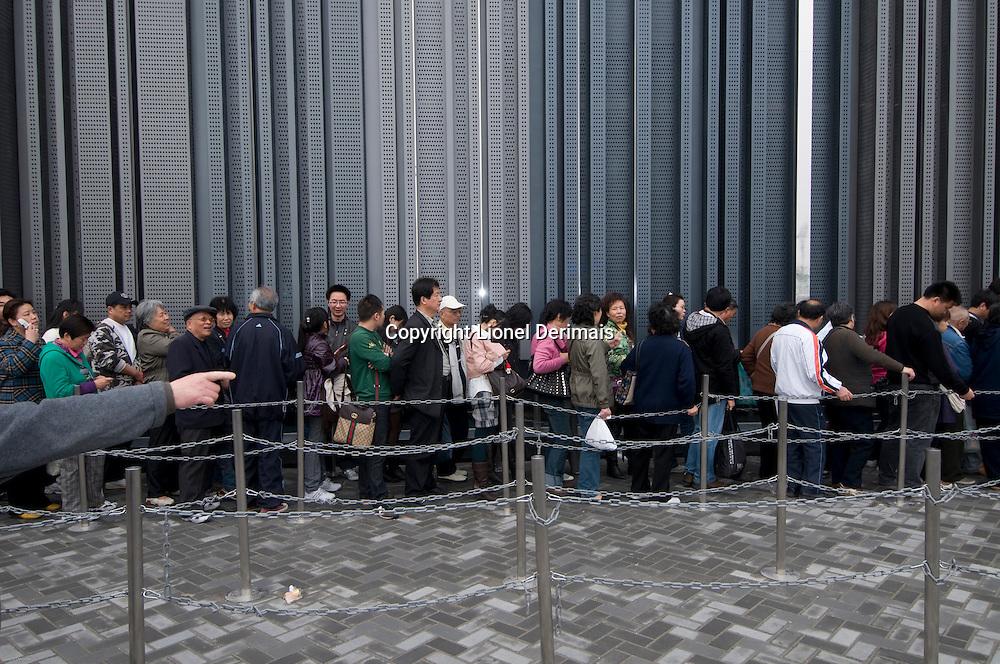 Des visiteurs chinois font la queue pour entrer dans le pavillon de Hong Kong. Visitors queue up to enter the Hong Kong pavilion.