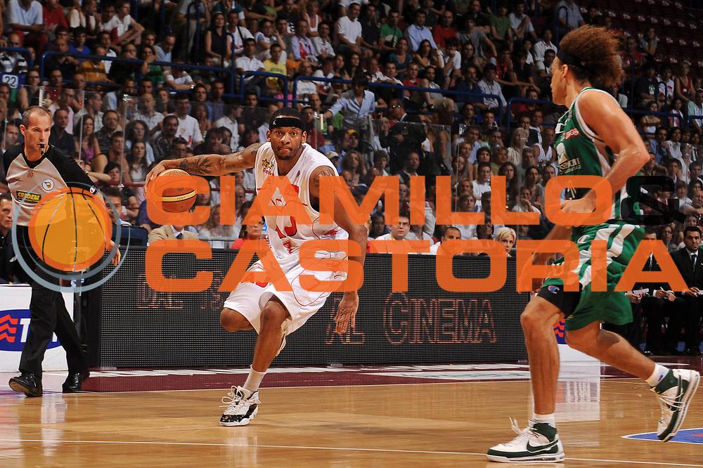 DESCRIZIONE : Milano Lega A 2008-09 Playoff Finale Gara 4 Armani Jeans Milano Montepaschi Siena<br /> GIOCATORE : Mike Hall<br /> SQUADRA : Armani Jeans Milano<br /> EVENTO : Campionato Lega A 2008-2009<br /> GARA : Armani Jeans Milano Montepaschi Siena<br /> DATA : 16/06/2009<br /> CATEGORIA : palleggio<br /> SPORT : Pallacanestro<br /> AUTORE : Agenzia Ciamillo-Castoria/A.Dealberto