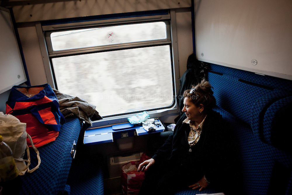 Giuseppe Villani and Modica Ersilia, a couple from the Sicilian town of Agrigento, are on the last Trinacria train going to Modena to visit their daughter who has emigrated years ago. The Trinacria express train is a historical train from Palermo, Sicily, to Milan, symbol of the emigration from South to the North.  From December 11th 2011 16 train connecting Southern Italy to the North will be cancelled by Trenitalia, the state-owned train operator in Italy. ### Giuseppe Villani e Modica Ersilia, una coppia di Agrigento, sono sull'ultimo treno Trinacria per andare a visitare la figlia che abita a Modena. Il Trinacria è un treno storico che ha collegato Palermo e Milano, simbolo dell'emigrazione verso Nord. Dall'11 dicembre 2011 16 treni che collegano il Sud al Nord Italia verranno soppressi da Trenitalia.