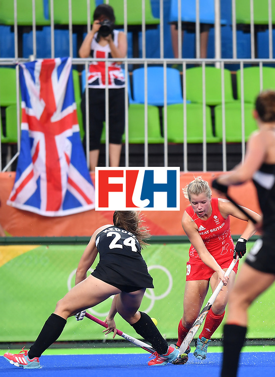 New Zealand's Rose Keddell (L) vies with Britain's Sophie Bray during the women's semifinal field hockey New Zealand vs Britain match of the Rio 2016 Olympics Games at the Olympic Hockey Centre in Rio de Janeiro on August 17, 2016. / AFP / MANAN VATSYAYANA        (Photo credit should read MANAN VATSYAYANA/AFP/Getty Images)