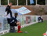 Cheftræner Morten Eskesen (FC Helsingør) får en snak med en bolddreng før kampen i 2. Division mellem FC Helsingør og Boldklubben Avarta den 16. august 2019, på Helsingør Ny Stadion (Foto: Claus Birch)