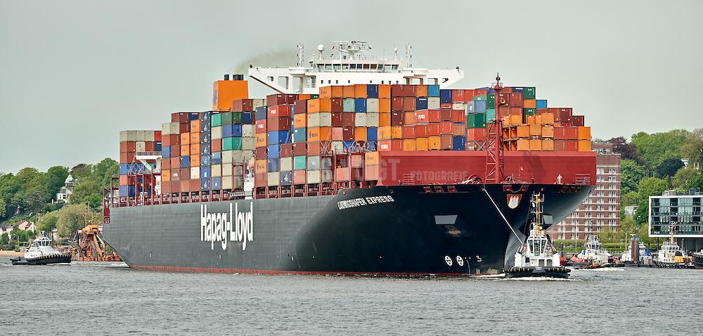 Containerschiff  Ludwigshafen Express wird von Schleppern vorbei an Neumühlen in die Süderelbe zum Containerterminal Altenwerder gezogen