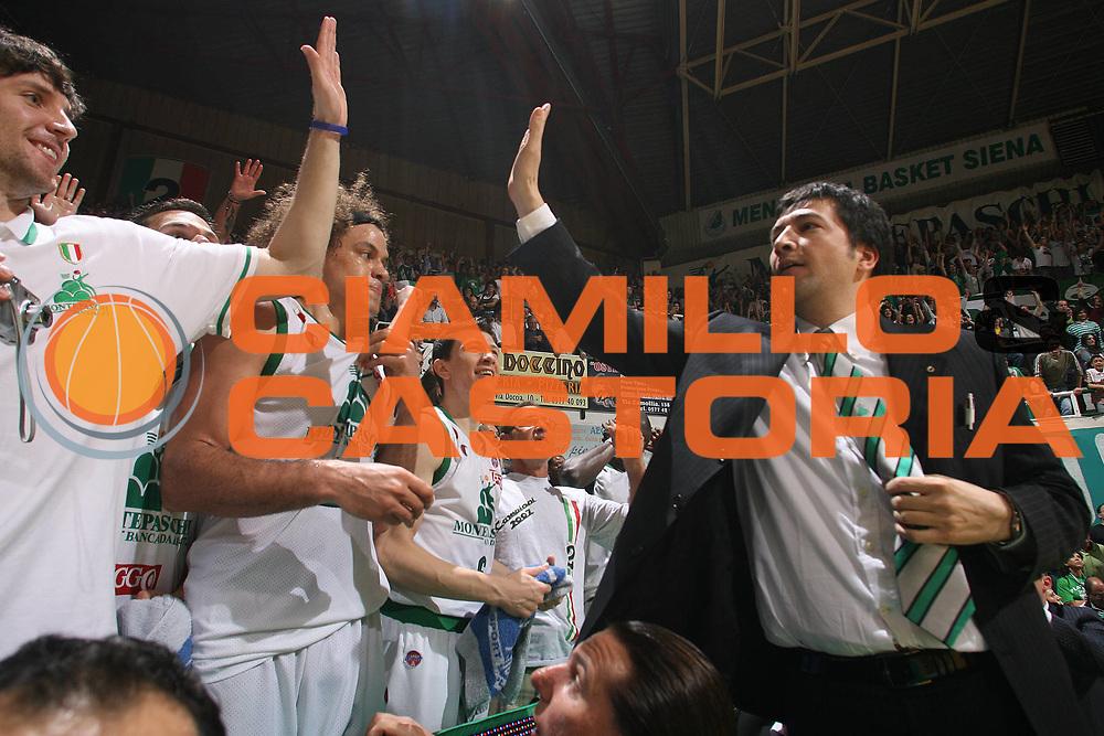 DESCRIZIONE : Siena Lega A1 2007-08 Playoff Finale Gara 5 Montepaschi Siena Lottomatica Virtus Roma <br /> GIOCATORE : Luca Banchi Panchina Siena<br /> SQUADRA : Montepaschi Siena<br /> EVENTO : Campionato Lega A1 2007-2008 <br /> GARA : Montepaschi Siena Lottomatica Virtus Roma<br /> DATA : 12/06/2008 <br /> CATEGORIA : esultanza<br /> SPORT : Pallacanestro <br /> AUTORE : Agenzia Ciamillo-Castoria/M.Marchi