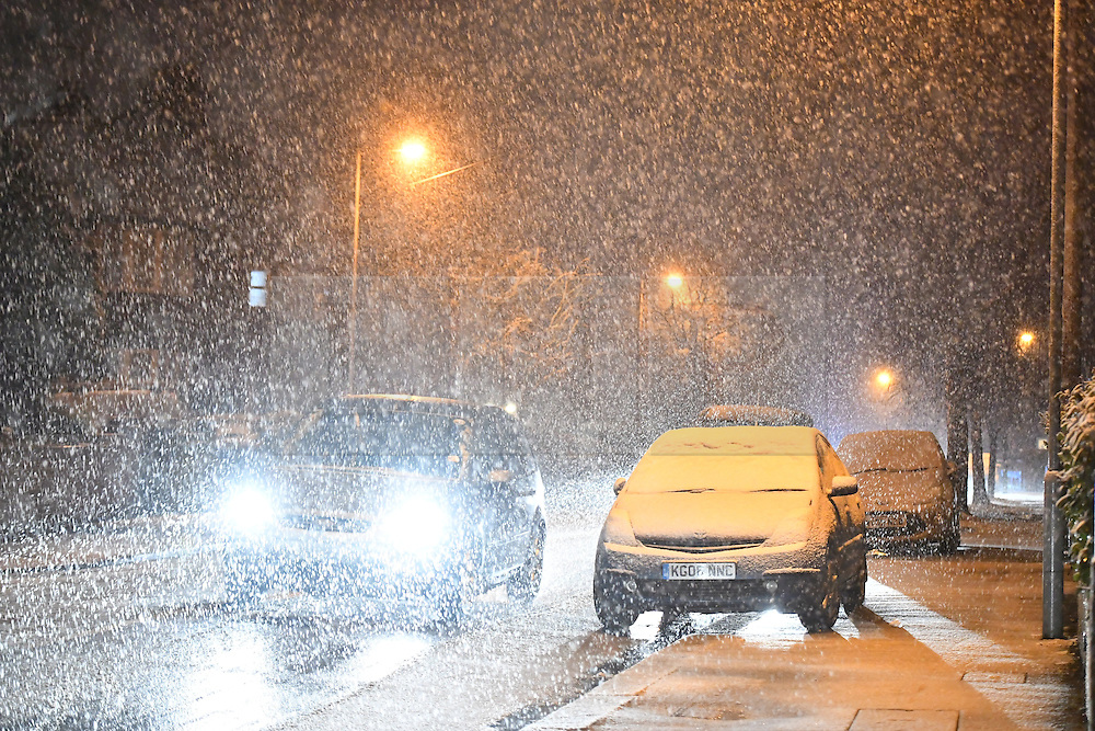 """© Licensed to London News Pictures. 12/01/2017. Luton, UK. Snow falls on in Luton, for the first time this winter, on January 12, 2017. Weather warnings are in place across the UK as a """"polar maritime airmass"""" from northern Canada spreads across the country, bringing snow, ice, rain and freezing temperatures. Photo credit: Ben Cawthra/LNP"""