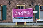 Nederland, Zeddam, 31-1-2013Een oude, traditioneel gebouwde boerderij wordt gemoderniseerd, gerenoveerd. Een spandoek van de architect als reclame voor zijn architectenbureau.Foto: Flip Franssen/Hollandse Hoogte