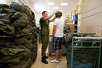 01 JUN 2010, BERLIN/GERMANY:<br /> Ein Hauptgefreiter passt einem Wehrpflichtige am ersten Tag nach seiner Einberufung zur Bundeswehr einen Helm an, Wachbataillon der Bundeswehr, Jukius-Leber-Kaserne<br /> IMAGE: 20100701-01-029<br /> KEYWORDS: Wehrpflicht, Soldaten, Soldat, Bundeswehr