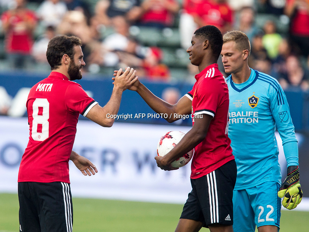 Manchester United Marcus Rashford, left, celebrates his goal with teammate Juan Mata during the first half of a national friendly soccer game at StubHub Center on July 15, 2017 in Carson, California.   AFP PHOTO / Ringo Chiu