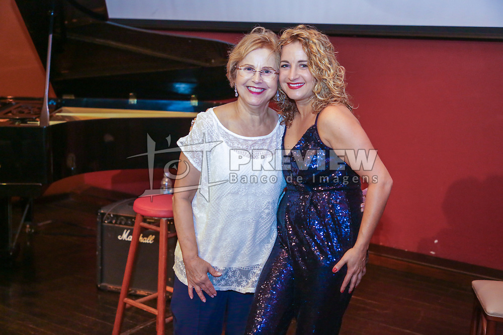 """Carla Maffioletti apresenta seu show """"Sentimental"""" no Espaço Clio, em Porto Alegre. FOTO: Felipe Nogs / Agência Preview"""