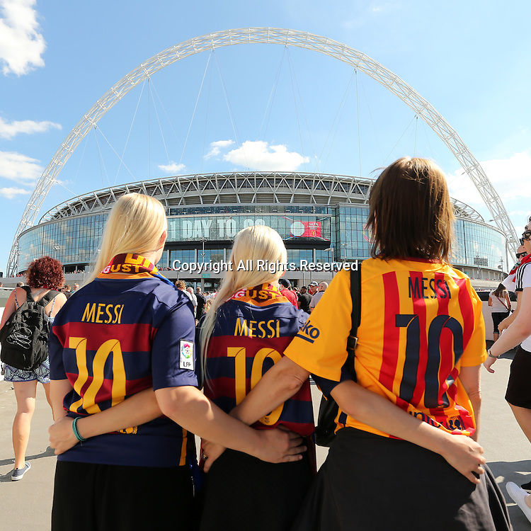 06.08.2016. Wembley Stadium, London, England. International Champions Cup Football. Liverpool versus Barcelona. Fans of Barcelona Striker Lionel Messi look up at Wembley Stadium as they arrive for the match