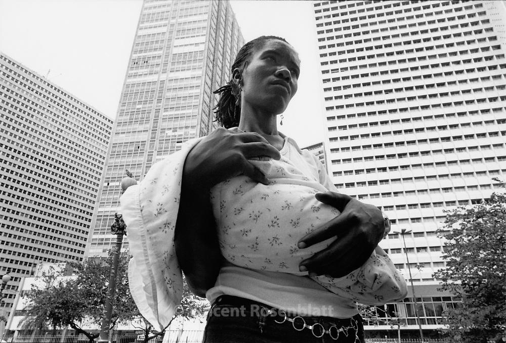 Homeless Carla and her baby in the center of Rio de Janeiro.. ||.Carla, moradora de rua, com seu bebe, no centro do Rio de Janeiro..