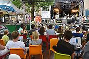 Nederland, Nijmegen, 12-7-2014Recreatie, ontspanning, cultuur, muziek en theater op het koningsplein in de stad aan de rivier Waal tijdens de zomerfeesten. Een van de vele feestlocaties in de stad. De vierdaagsefeesten zijn het grootste evenement van Nederland.Er is ook een rodekruispost. Rode, kruis, hulpdienst,hulpdiensten,medisch,medische,calamiteit,eerste,hulpFoto: Flip Franssen/Hollandse Hoogte